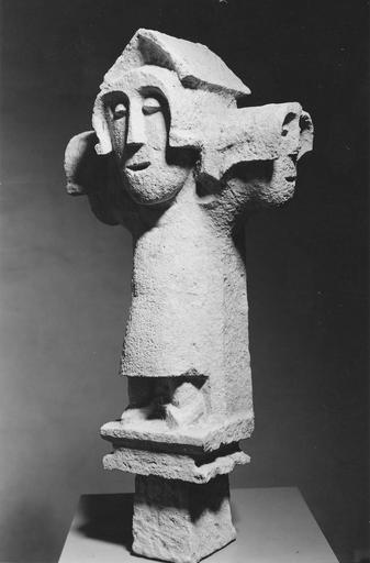 Croix : Christ en croix, pierre, vers 1300