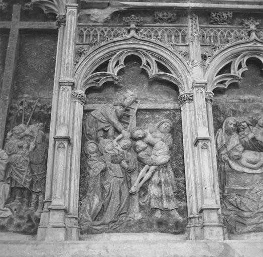 Retable de la Passion, détail de La Descente de croix, pierre sculptée