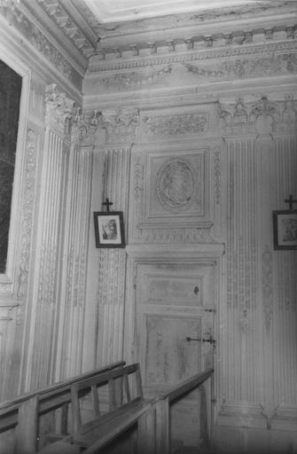 Lambris de hauteur, dessus-de-porte, décor de la chapelle dite du château, bois sculpté et peint