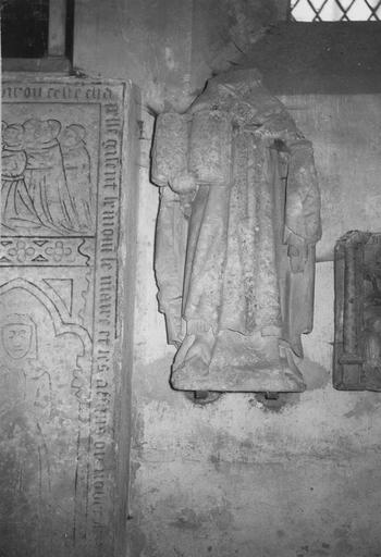Statue : saint évêque, pierre