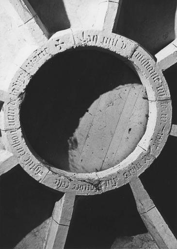 Plaque commémorative de la fondation de l'église, inscription, pierre gravée, 1555