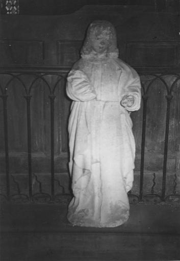 Statue : saint Jean l'évangéliste ou saint Yves ?, pierre