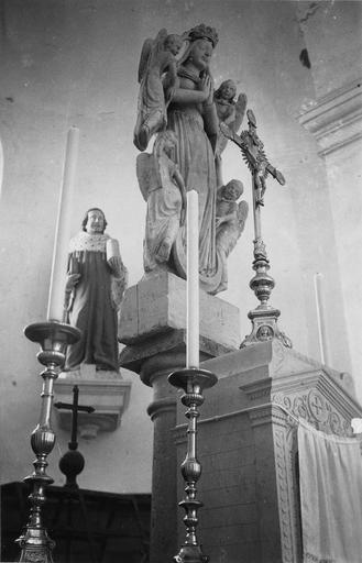 Groupe sculpté : la Glorification de la Vierge uo Vierge de l'Assomption, pierre, chandelier et statue à l'arrièe plan de saint Côme ou saint Damien ?