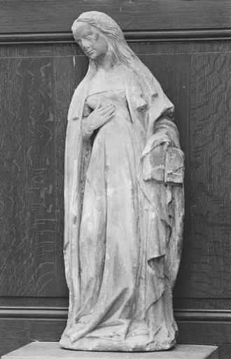 Statue : une sainte au livre, pierre