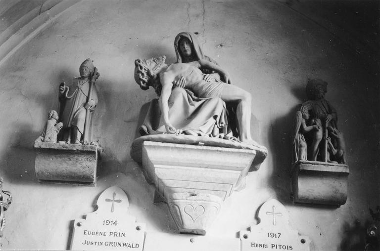 groupe sculpté : Vierge de Pitié, pierre, 17e siècle ; saint Roch, pierre, 16e siècle, saint Nicolas, pierre, 16e siècle