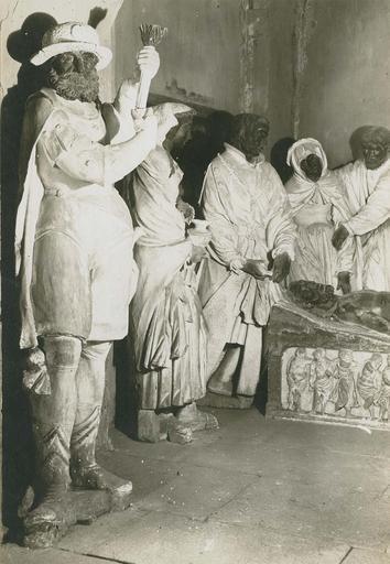 Groupe sculpté : La Mise au tombeau, pierre polychrome, 1527, détail des statues à la tête du Christ