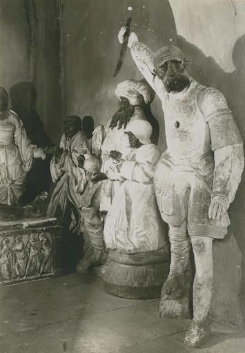 groupe sculpté : La Mise au tombeau, pierre polychrome, 1527, détail des statues aux pieds du Christ