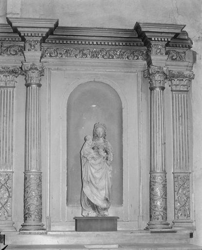 Groupe sculpté : Education de la Vierge, bois doré dans une niche du retable