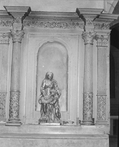 Statue : Vierge à l'Enfant, dans une niche du retable