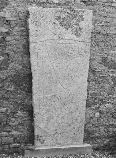 Dalle funéraire d'un chevalier, pierre tombale gravée