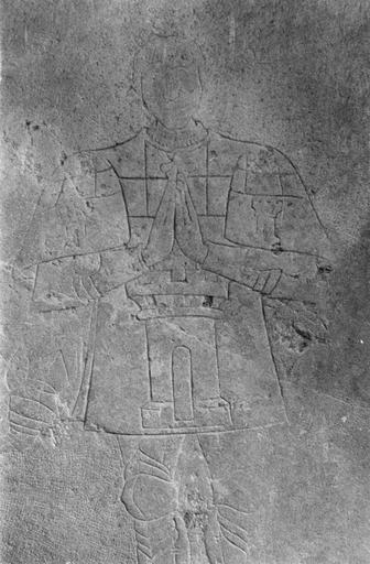 Dalle funéraire de Jean de Ferrières mort en 1492, fragment, pierre