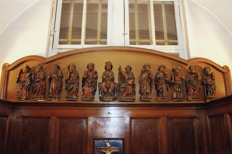 12 demi-reliefs : Christ et Vierge entourés de 10 apôtres (numéro d'inventaire : 87 GHC 187)