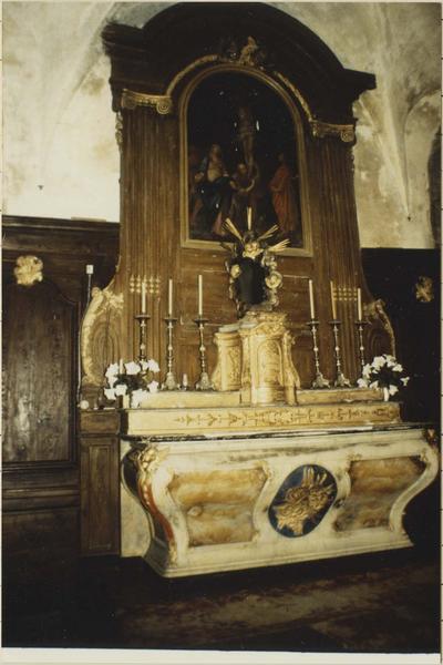 maître-autel, tabernacle et gradins, retable et son tableau représentant La Crucifixion, vue générale