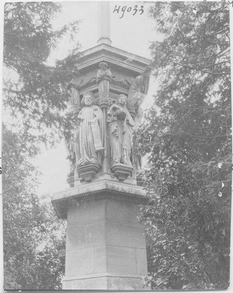 Croix monumentale dite la Belle Croix, réplique du puits de Moïse de la chartreuse de Champmol