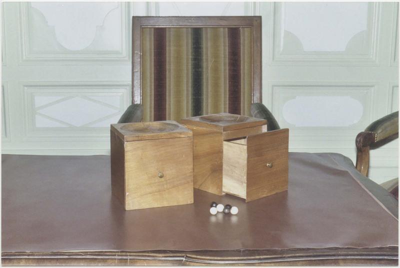 2 urnes de vote carrées et 40 boules