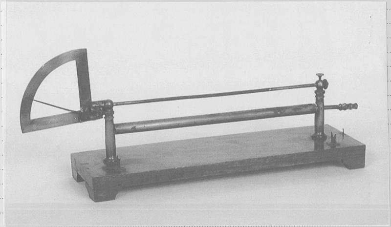 Instrument de mise en évidence des dilatations : dilatomètre ou pyromètre à cadran