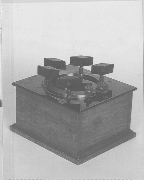 Instruments de démonstration en électrostatique (2) : boîtes de résistances étalon