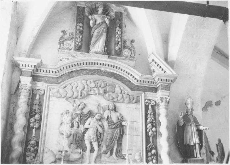 Autel latéral nord et son retable architecturé avec statue et bas-relief : le Baptême du Christ