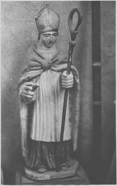 Statue : un abbé mitré, vue générale