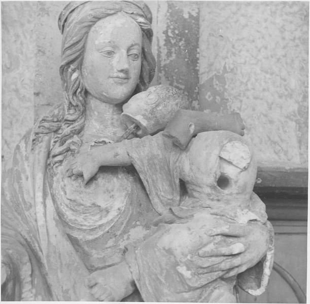 Statue: Vierge à l'enfant, vue partielle
