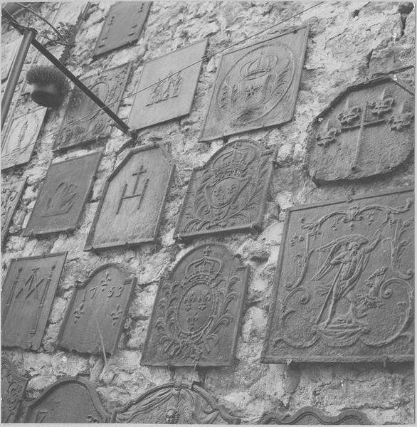 Plaques de cheminée, vue partielle