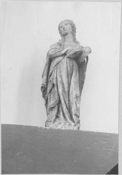 Statue : sainte au livre, vue générale