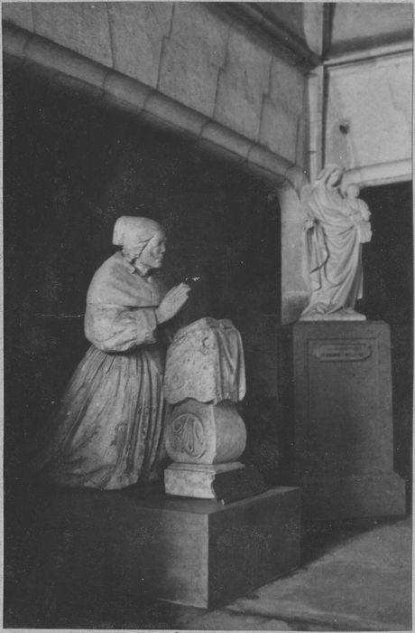 Monument funéraire : priant d'une femme