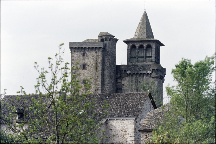 Parties hautes avec clocher et tourelle