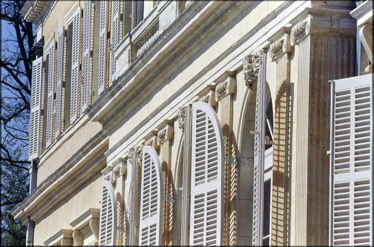 Vue partielle de la façade