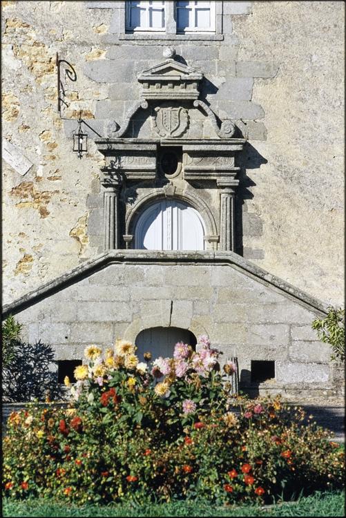 Perron d'honneur menant à une porte Renaissance