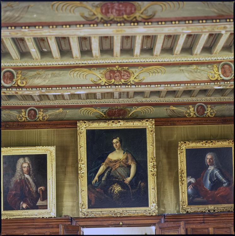 Vue intérieure: plafond peint et tableaux