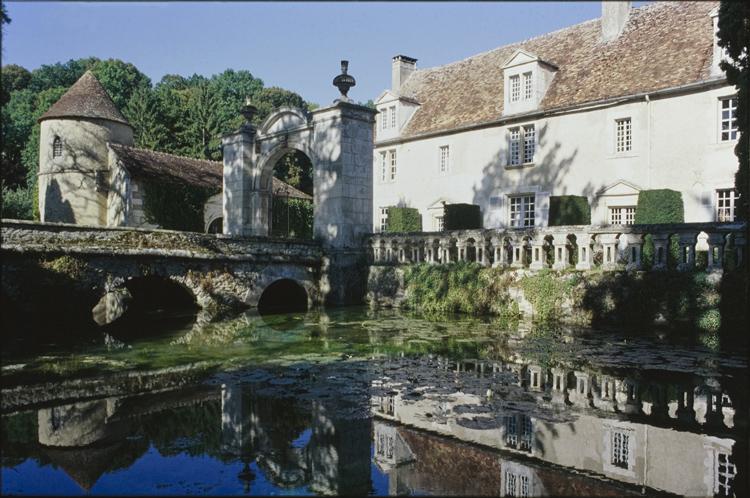 Façade, douves en eau, pont et portail