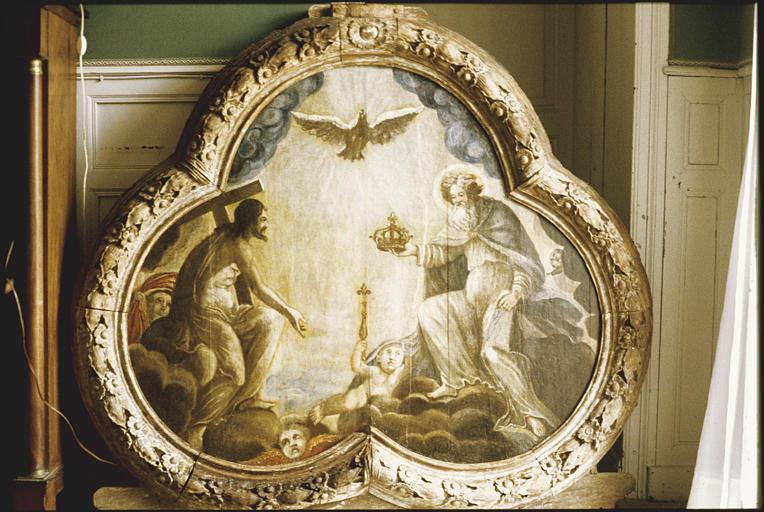 Tableau : panneau trilobé, représentation de la Trinité, un enfant, nu, allongé sur un nuage, brandit un sceptre fleurdelisé (au centre) ; après restauration