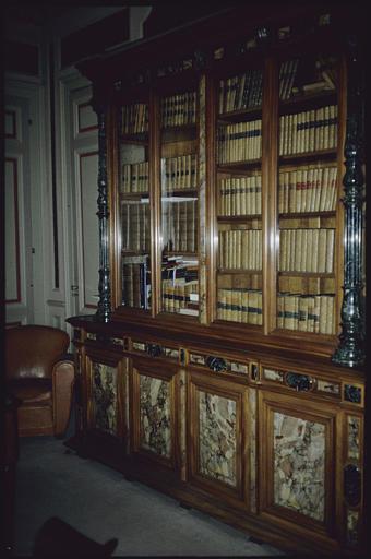Bibliothèque : deux corps, vitrine, acajou, marbre