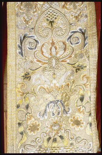 Chasuble, chape, orfroi, dalmatique, tunique (ornement rouge)