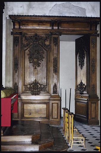 Choeur ; lambris de revêtement : bois sculpté, deux registres verticaux, motifs d'arabesques, rinceaux végétaux, étoiles, trophée central composé d'objets du culte religieux en bas-relief