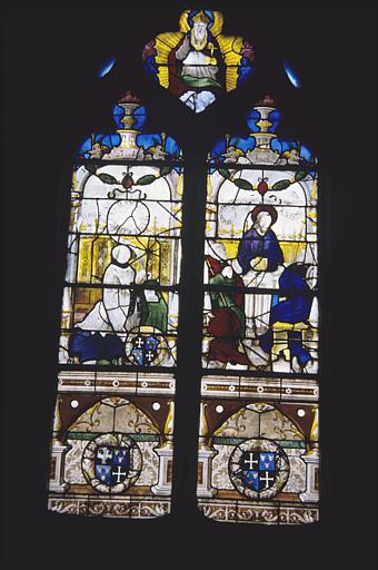 Verrière : deux travées, 'Les pèlerins d'Emmaüs', un prêtre en prière, Dieu le Père (remplage), armoiries, fragments manquants
