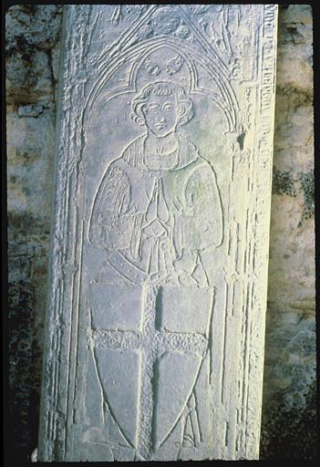 Plaque funéraire : chevalier en cotte de maille, mains jointes, son écu placé devant lui, décor gravé, pierre