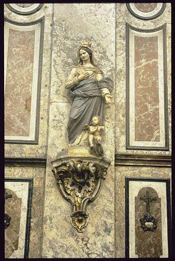 Statue sur console : Sainte Reine