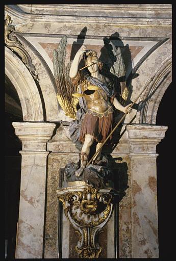 Groupe sculpté, console : Saint Michel archange