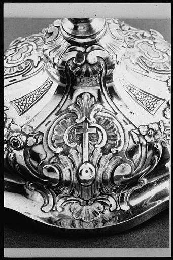 Calice : détail du pied, argent, décor de palmettes, croix, fleurs, écailles, volutes ; 1770 (détail)