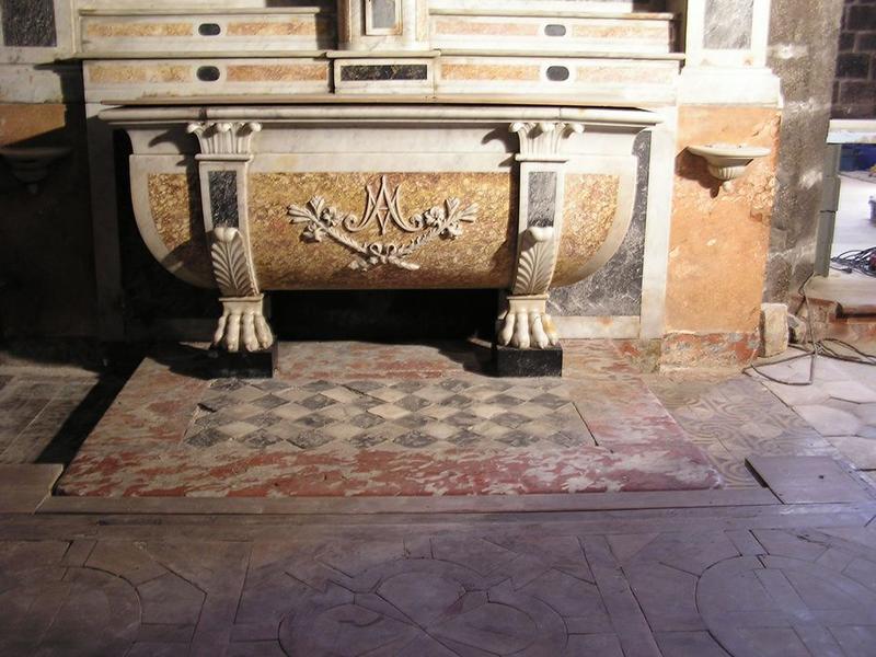 Autel, gradins, tabernacle et retable de la Vierge, vue partielle