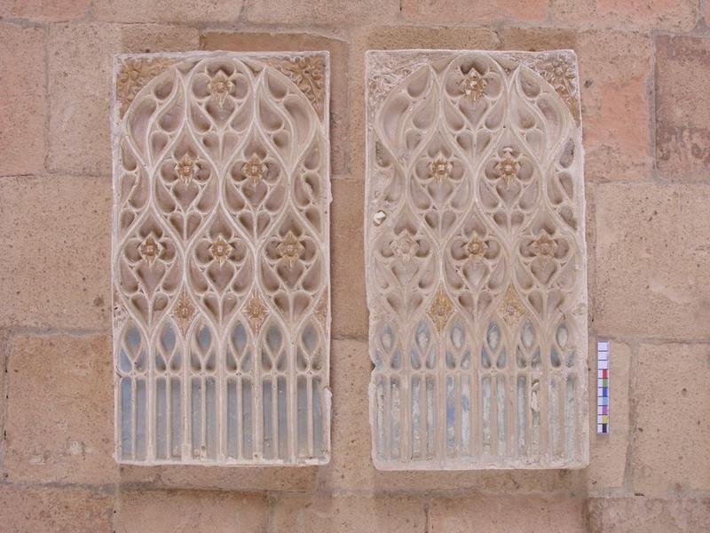 Autel secondaire nord, détail de deux bas-reliefs décoratifs
