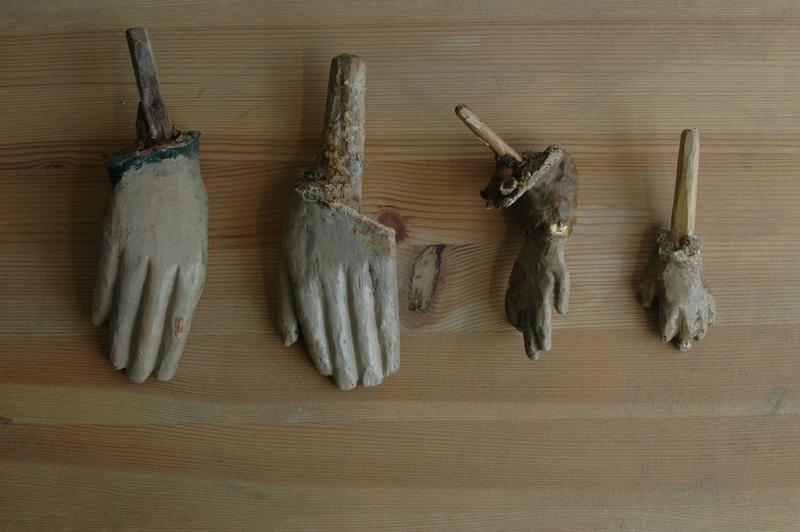 Statue : Vierge à l'enfant, détail des mains