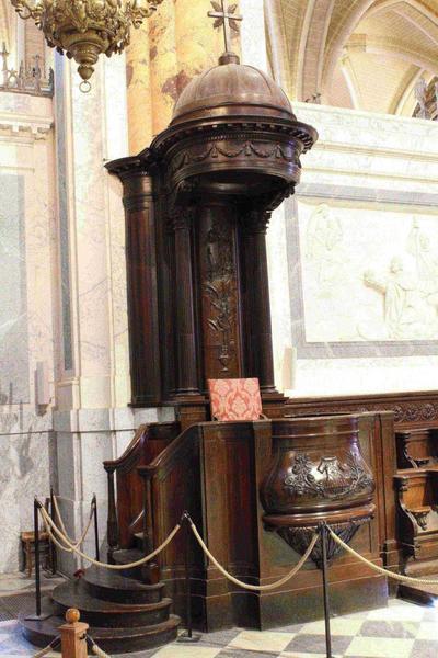 Stalles, vue générale de la chaire épiscopale