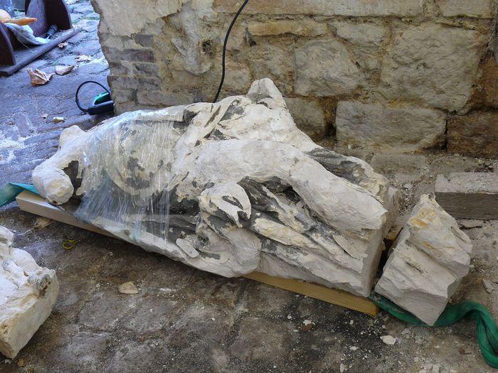 Statue(fragment) : saint Mathieu ou saint Pierre, vue générale