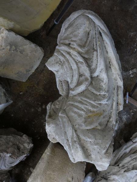 Statue (fragment d'une mise au tombeau): détail, pied de Nicodème ou Joseph d'Arimathie