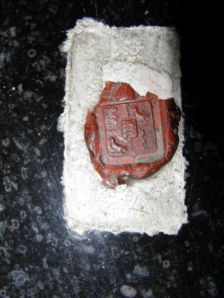 Sceau conservé sur la plaque d'autel, vue générale