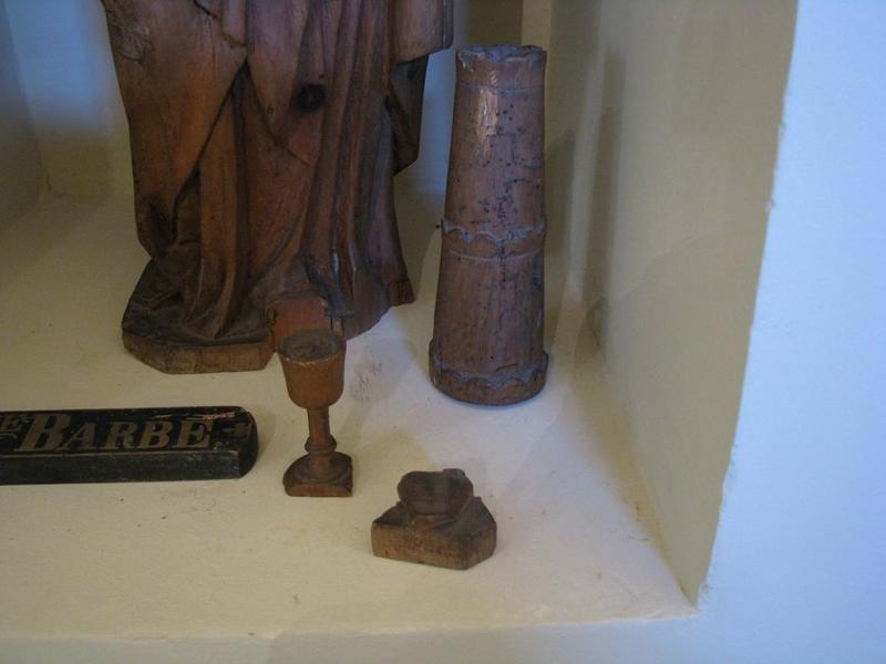 Statuette d'applique : sainte Barbe, détails