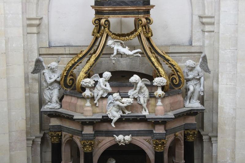 Baldaquin d'autel et groupe sculpté : la Visitation, vue partielle